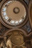 Inre sikt av den färgrika och rikt dekorerade panteonkupolen och taket i Paris Arkivbilder