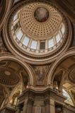 Inre sikt av den färgrika och rikt dekorerade panteonkupolen och taket i Paris Royaltyfria Foton