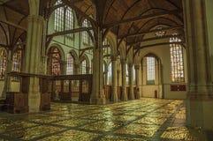 Inre sikt av den gotiska kyrkan med konstnärlig störning i Amsterdam royaltyfria bilder