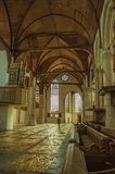 Inre sikt av den gotiska kyrkan med konstnärlig störning i Amsterdam arkivbild