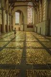 Inre sikt av den gotiska kyrkan med konstnärlig störning i Amsterdam arkivfoton