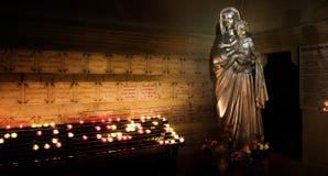 Inre sikt av den Maria scuplturen med stearinljus i domkyrkaNotre Dame de la garde i Marseille, Frankrike Fotografering för Bildbyråer