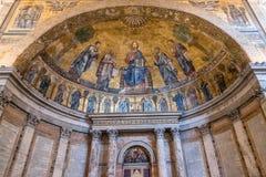 Inre sikt av den påvliga basilikan av St Paul utanför väggarna arkivfoto