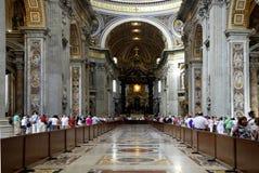 Inre sikt av den Sanka Peters Basilica i Rome Arkivfoton