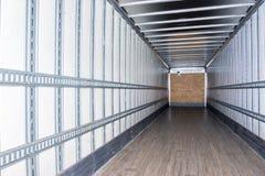 Inre sikt av den tomma halva lastbilen torra skåpbil släp arkivbilder