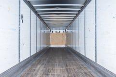 Inre sikt av den tomma halva lastbilen torra skåpbil släp arkivfoto