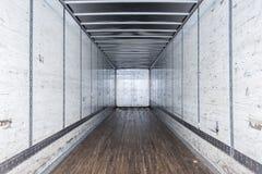 Inre sikt av den tomma halva lastbilen torra skåpbil släp arkivbild