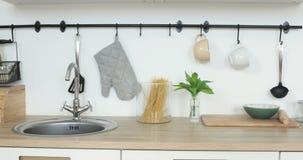 Inre sikt av elegant minimalist kök, inga personer stock video