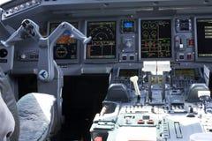 Inre sikt av en Embraer ERJ-190 flygplancockpit Capitainstället Royaltyfri Fotografi