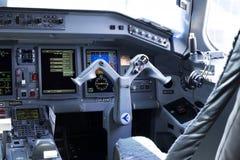 Inre sikt av en Embraer ERJ-190 flygplancockpit Stället för första tjänsteman Royaltyfri Bild