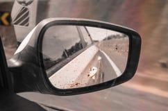 Inre sikt av en lerig spegel för bakre sikt för bil Arkivbild