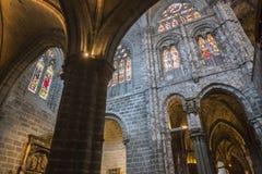 Inre sikt av gotiska Archs med arabesquen av domkyrkan i A Arkivfoto