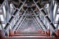 Inre sikt av järnbron Arkivfoto