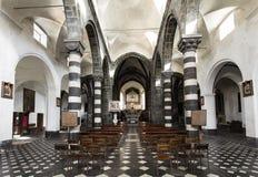 Inre sikt av kyrkan av St Andrew Chiesa di Sant ?Andrea - Levanto, La Spezia, Italien - 18th Maj 2016 royaltyfri fotografi