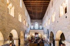 Inre sikt av kyrkan av St George i Prague royaltyfria bilder