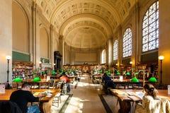 Inre sikt av läs- område av det historiska Boston offentliga biblioteket Royaltyfri Bild