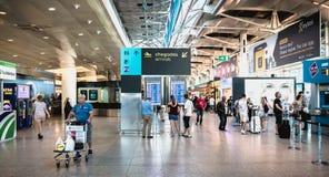 Inre sikt av Lissabon den internationella flygplatsen var handelsresande g?r arkivfoton