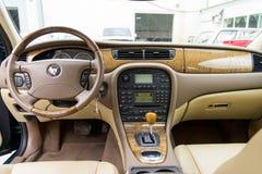Inre sikt av ljust grön Jaguar S-typ 2007 Arkivbild