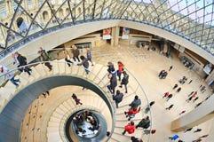 Inre sikt av Louvremuseet (Musee du Louvre) som inhysas i Louvreslotten (som byggs ursprungligen som en fästning) Royaltyfri Fotografi