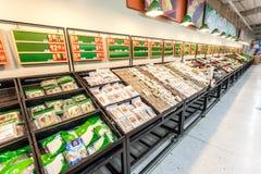 Inre sikt för Carrefoursupermarket på Februari 14th 2014 i Hangzhou Carrefouren är företag för en Frankrike kedja över hela värld Arkivbilder