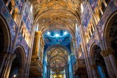 Inre sikt för färgrik italienarekyrka - tak arkivbilder