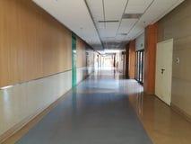 Inre sikt med den tomma passagen i sjukhus Arkivfoto