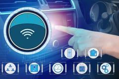 Inre sikt och automatiskt självkommando som kör med smartphonen, elektrisk smart bilteknologi arkivbild
