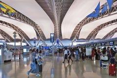Inre sköt den inre passagerareavvikelseterminalen, Kansai den internationella flygplatsen, Osaka, Japan Arkivfoton