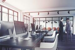 Inre slut för öppet utrymmekontor som tonas upp Fotografering för Bildbyråer