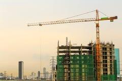 Inre ställe för högväxta byggnader under konstruktion och kranar u Arkivfoto