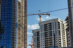 Inre ställe för många högväxta byggnader under konstruktion Arkivfoton
