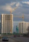 Inre ställe för många högväxta byggnader under konstruktion och kranar Royaltyfria Foton
