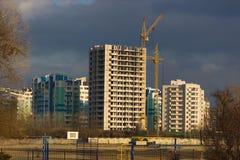 Inre ställe för många högväxta byggnader under konstruktion och kranar Royaltyfri Fotografi