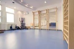 Inre stort rum, inga personer, konditionidrottshallsjukgymnastik royaltyfri foto