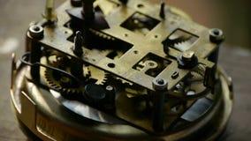Inre struktur av klockan, lager, kugghjul arkivfilmer