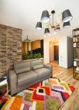 Inre studiolägenheter, med ett kök och en korridor arkivbild
