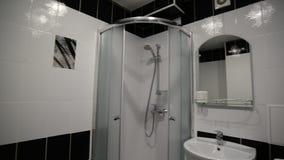 Inre svartvitt badrum med duschen
