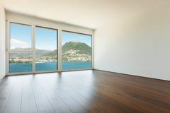 Inre tömmer rum med fönstret Royaltyfria Foton