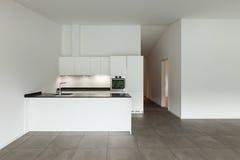 Inre tömmer rum med inhemskt kök Arkivbild