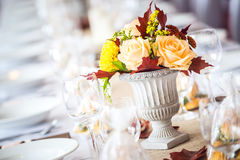 Inre tabellgarnering för härlig restaurang för att gifta sig eller händelse Färger för höst för Decoration/för blommabrölloptabel royaltyfri fotografi