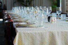 inre tabelluppsättning för restaurang med summa, stearinljuskoppar - Fotografering för Bildbyråer