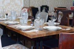 Inre tabelluppsättning för restaurang med summa, stearinljuskoppar Arkivbilder