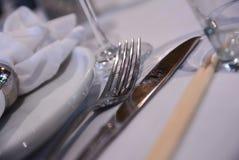 Inre tabelluppsättning för restaurang med summa, stearinljuskoppar Fotografering för Bildbyråer