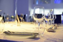 Inre tabelluppsättning för restaurang med summa, stearinljuskoppar i brunn-planlagd Fotografering för Bildbyråer