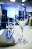 Inre tabelluppsättning för restaurang med summa, stearinljuskoppar i ettplanlagt mode Royaltyfri Foto