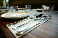 Inre tabelluppsättning för restaurang med summa, stearinljuskoppar i ettplanlagt mode Fotografering för Bildbyråer