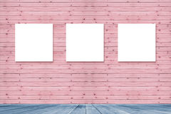 Inre tappning för rum med ramen för tre kanfas på den rosa pastellfärgade träväggen för bildadvertizing, blått trägolv Fotografering för Bildbyråer