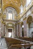 Inre terrier med marmorkolonner som målas på väggar och guldkupoler i basilikadeien Santi Ambrogio e Carlo al Corso, Rome, Italie arkivbild