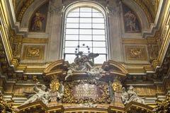 Inre terrier med marmorkolonner som målas på väggar och guldkupoler i basilikadeien Santi Ambrogio e Carlo al Corso, Rome, Italie arkivfoto