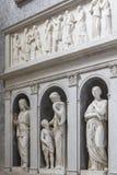 Inre terrier med marmorstatyer i basilikadeien Santi Ambrogio e Carlo al Corso, Rome, Italien royaltyfria bilder